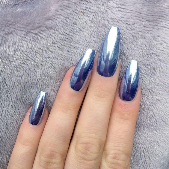 Chica mostrando sus uñas de color azul cromado