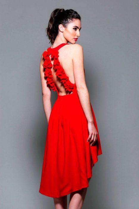 Vestido rojo con pequeño escote en la espalda