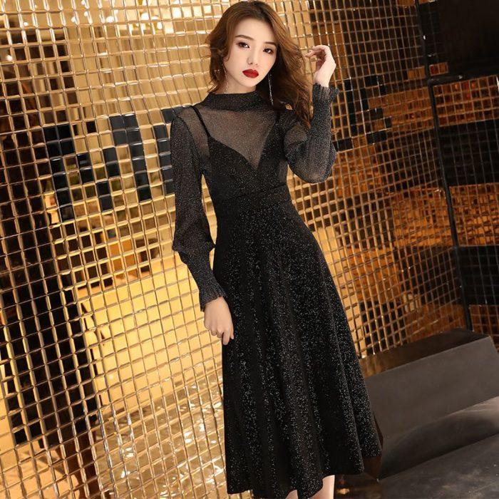 Mujer coreana con vestido negro brillante