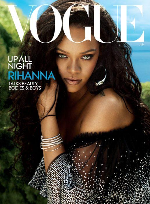 Rihanna en la portada de la revista de moda Vogue Estados Unidos, junio del 2018, mujer afroamericana de cabello castaño y largo, ojos verdes