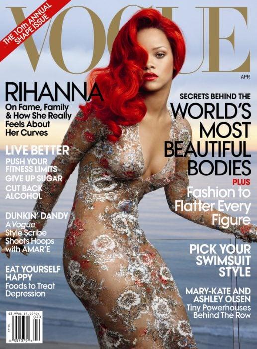 Rihanna en la portada de la revista de moda Vogue Estados Unidos, Abril del 2011; cantante con el cabello rojo y vestido color carne con flores
