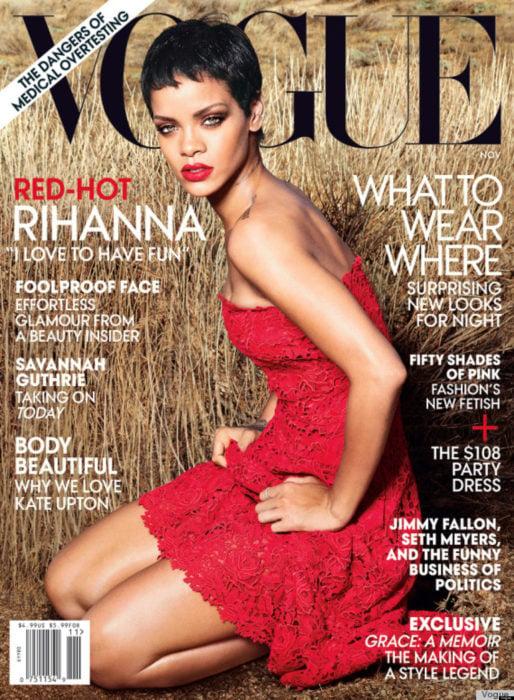 Rihanna en la portada de la revista de moda Vogue Estados Unidos, noviembre el 2012; cantante con el cabello negro y corto, pixie, con vestido rojo de encaje sin hombros