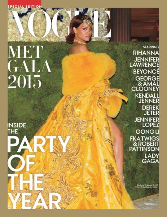 Rihanna en la portada de la revista de moda Vogue edición especial del Met Gala de mayo del 2015; mujer con vestido amarillo