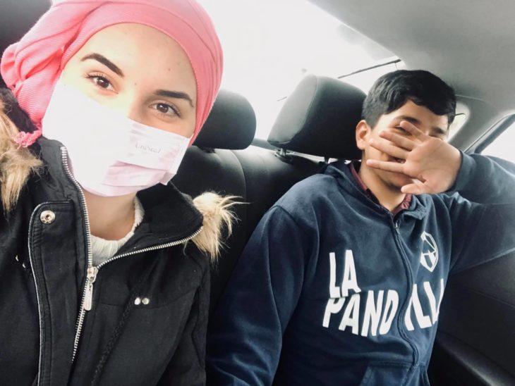 Yleana y Gustavo en el carro