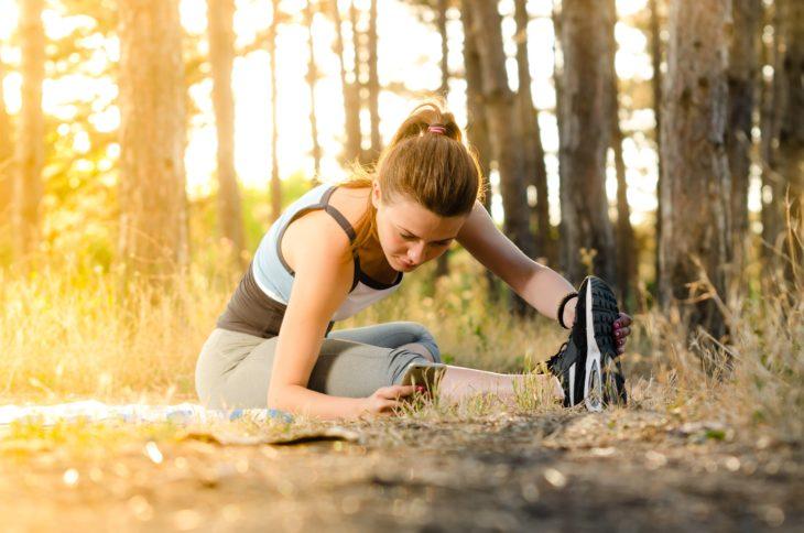 Mujer realizando estiramientos con ejercicio