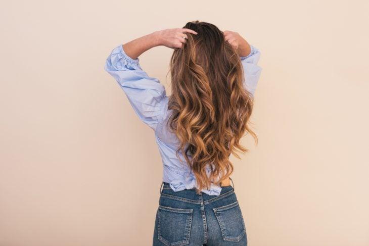 Donna che afferra i suoi capelli