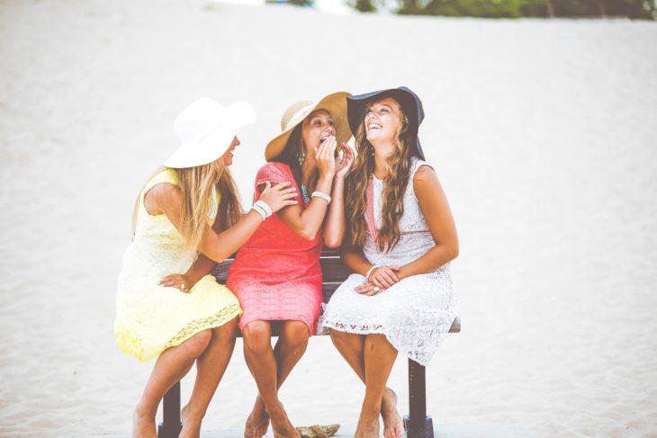 Tres mujeres primas sonriendo y divirtiéndose