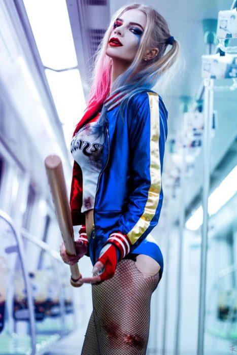 chica disfrazada como Harley Quinn