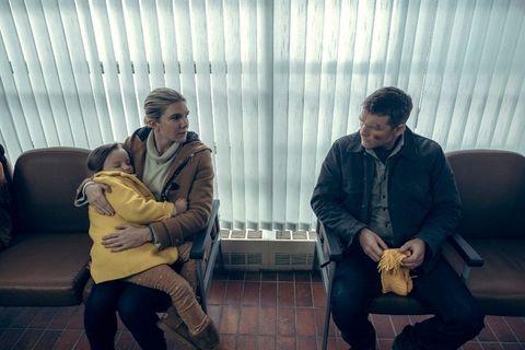 Escena de la película Fractured de Netflix. Niña y sus padres esperando en una sala de urgencias