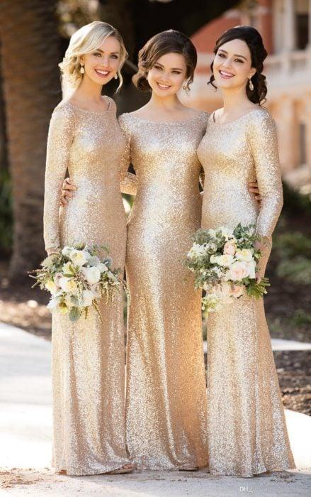 damas de honor con vestidos dorados de manga larga