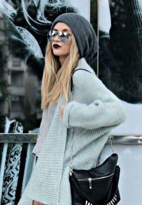 Chica llevando gorro tejido en tono gris oscuro, holgado y grande