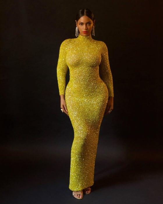 Beyonce usando un vestido de color amarillo mientras posa para una fotografía de Instagram