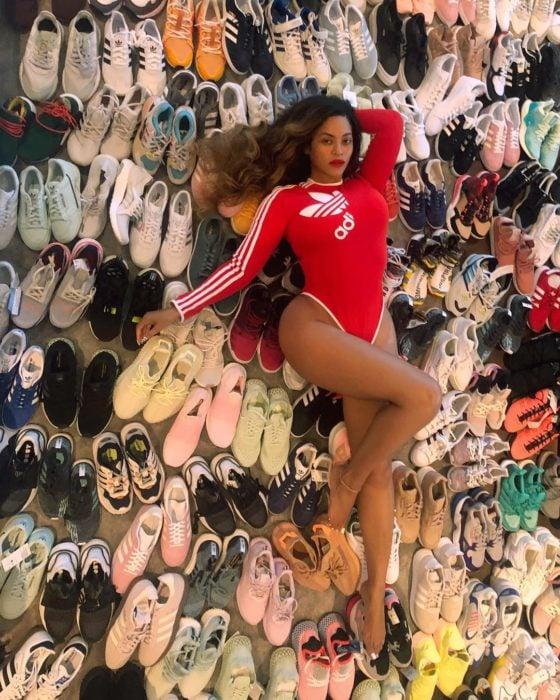 Beyonce recostada sobre toda su colección de zapatos