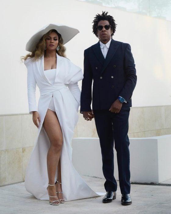 Beyonce tomada de la mano de su esposo Jay-Z mientras están posando para una sesión de fotos
