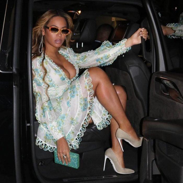Beyonce usando un vestido de color blanco mientras baja de una camioneta para asistir a un evento