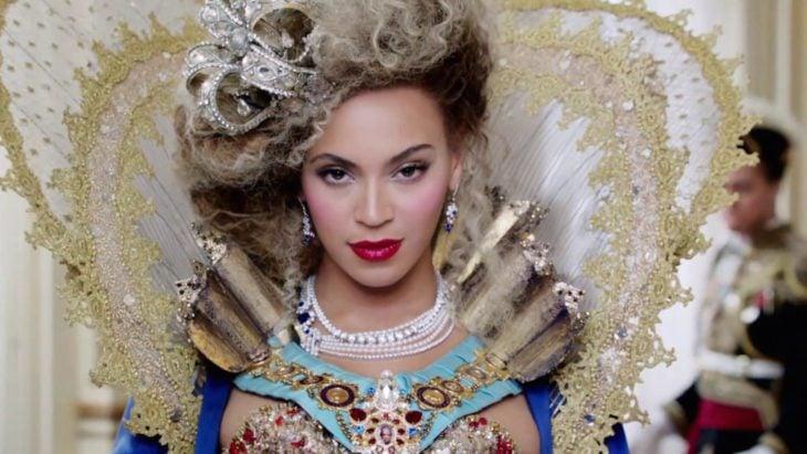 Beyonce vestida como una reina mientras graba uno de sus videos