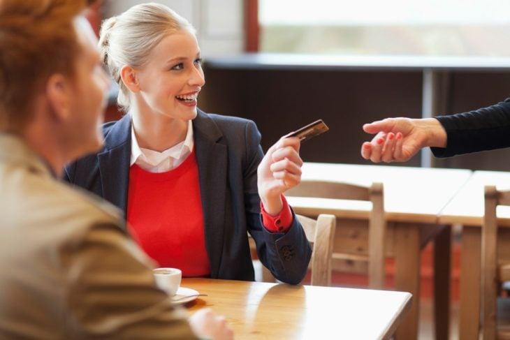mujer pagando la cuenta