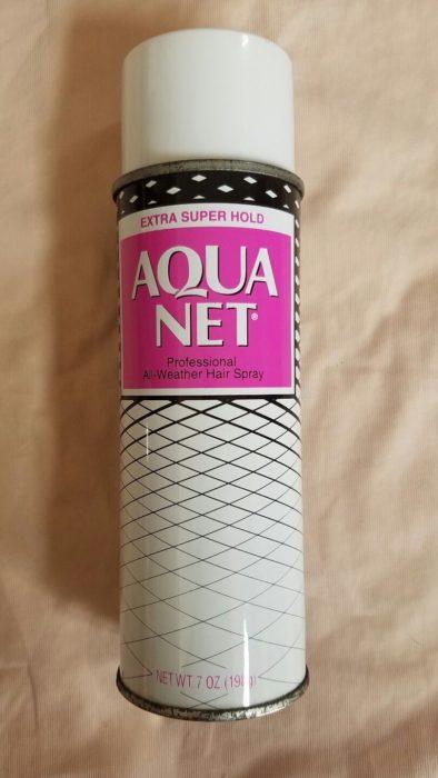 Bote de spray para el cabello de la marca aqua net