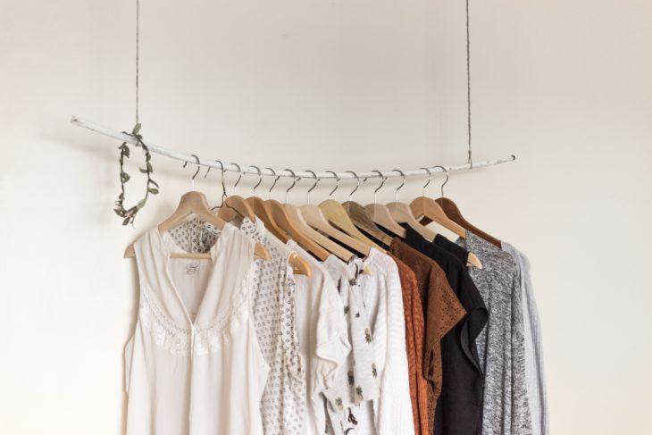 Armario con variedad de blusas