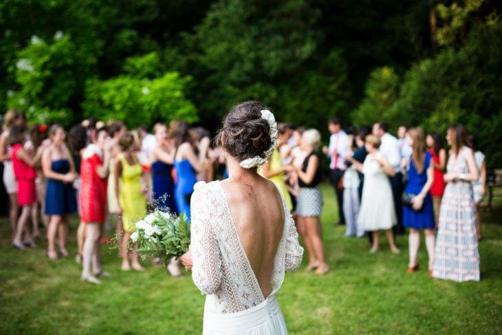 Novia en su boda viendo a las damas de honor