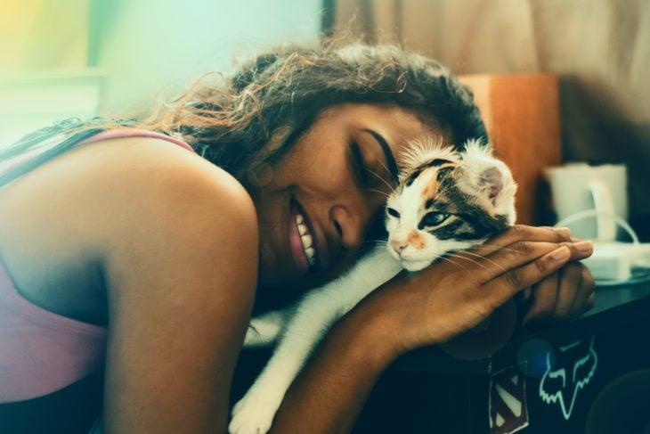 Mujer abrazando tiernamente a su gato