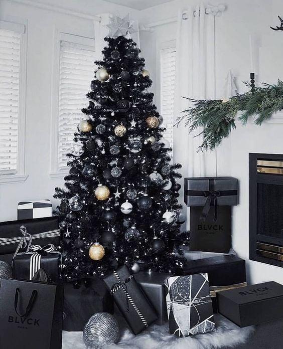 Pino navideño en negro con esferas doradas