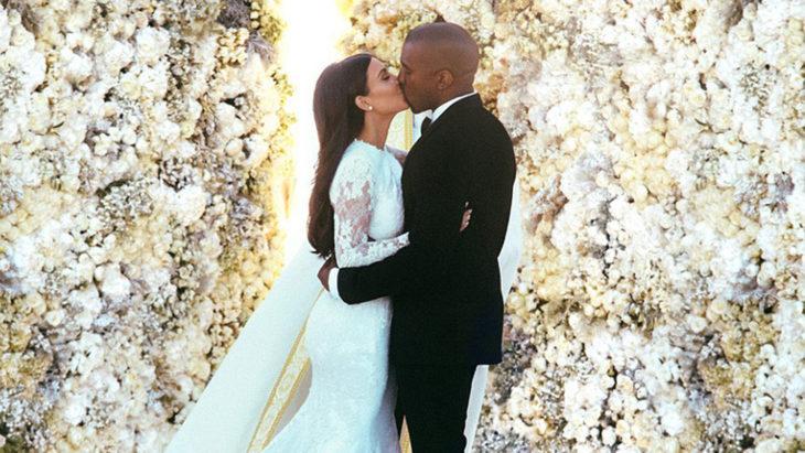 Kim Kardashian besando a Kanye West el día de su boda