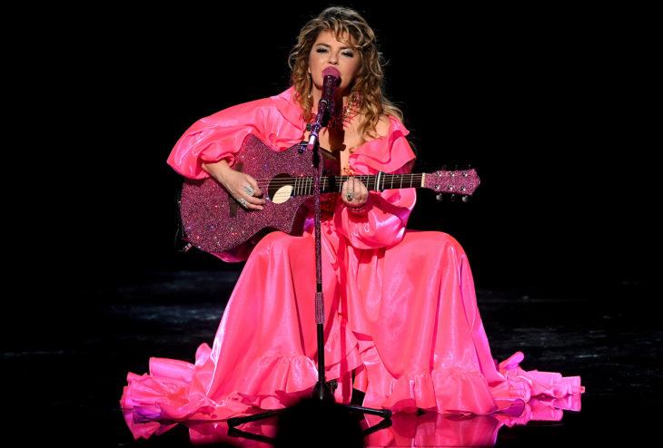 American Music Awards 2019 (AMA'S), Shania Twain con vestido rosa y guitarra con glitter