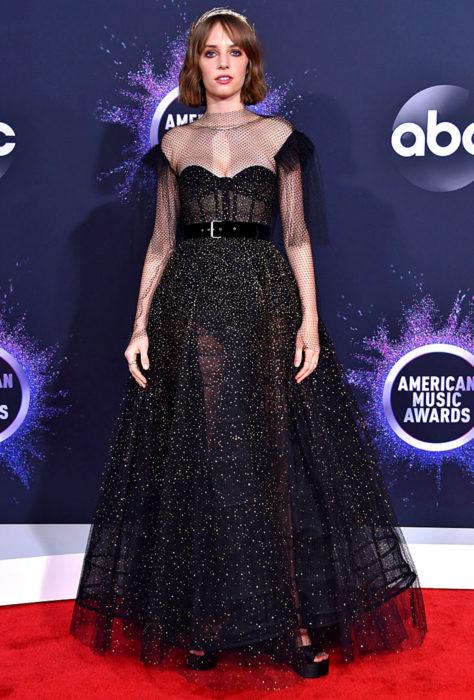 American Music Awards 2019 (AMA'S), Maya Ray Thurman-Hawke con vestido negro, transparencias y glitter
