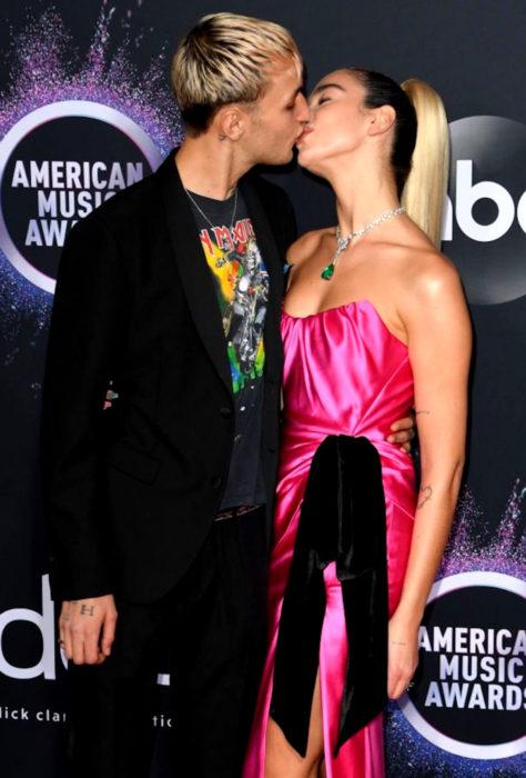 American Music Awards 2019 (AMA'S), Dua Lipa y Anward Hadid, pareja besándose