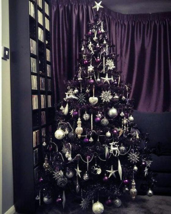 Pino navideños en color negro decorado con esferas moradas