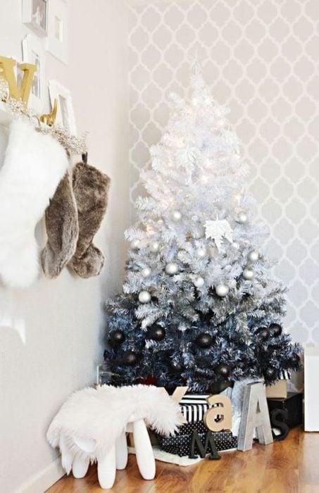 Pino navideño degradado de blanco a negro