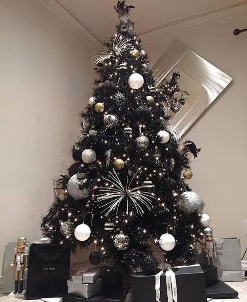 Pino navideño en negro con moños grandes en tonos oscuros