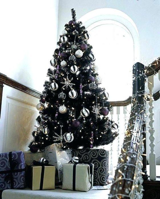 Pino navideño en negro con esferas plateadas y doradas en glitter