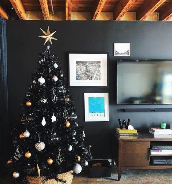 Pino navideño en negro decorando una oficina de trabajo