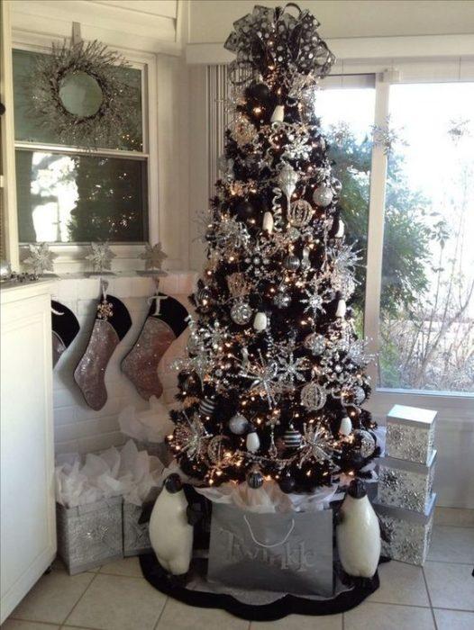 Pino navideños en negro decorado con esferas blancas y plateadas