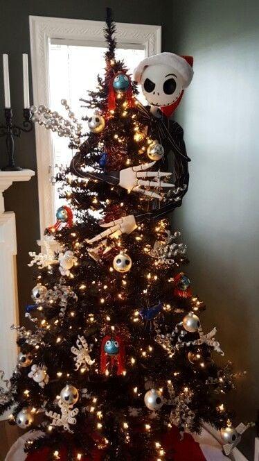 Pino navideño en negro decorado con figuras de El extraño mundo de Jack