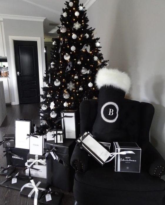 Pino navideño en color negro con cajas de regalo forradas en negro mate