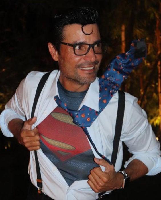 Chayanne disfrazado de Superman, Clark Kent para Halloween