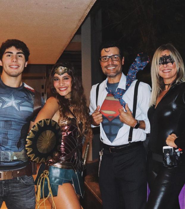 Chayanne con su familia disfrazado de Superman, Clark Kent para Halloween; La Mujer Maravilla, Capitán América y Batichica