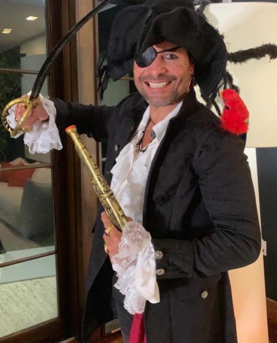 Chayanne disfrazado de pirata para Halloween