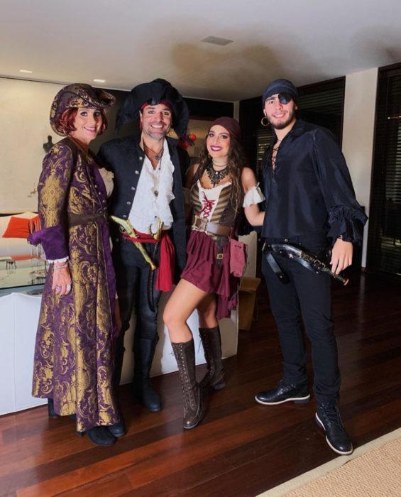 Chayanne con su familia disfrazado de pirata para Halloween