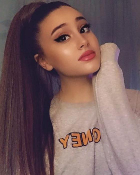 Paige Niemann, la doble de Ariana Grande; doppelgänger, chica con cabello largo, lacio y peinado en una coleta alta