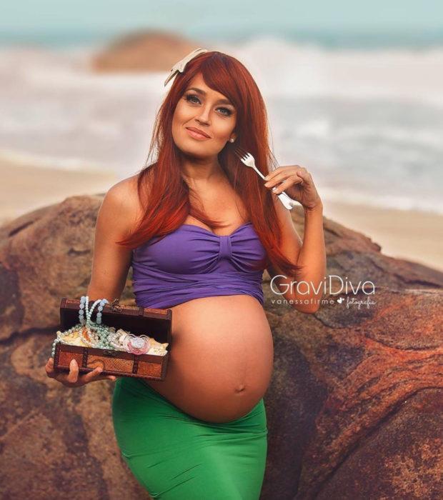 Fotógrafa brasileña Vanessa Firme fotografía mujeres embarazadas disfrazadas de princesas; Ariel de La Sirenita