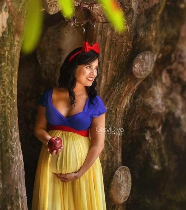 Fotógrafa brasileña Vanessa Firme fotografía mujeres embarazadas disfrazadas de princesas; Blancanieves con manzana
