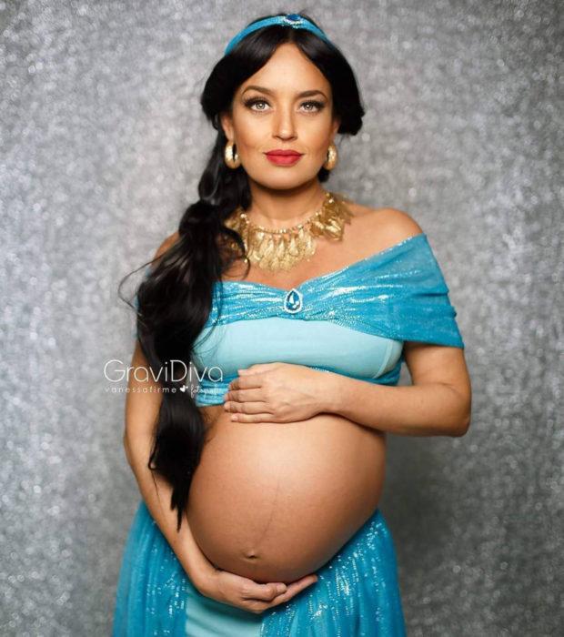 Fotógrafa brasileña Vanessa Firme fotografía mujeres embarazadas disfrazadas de princesas; Jasmín de Aladdín
