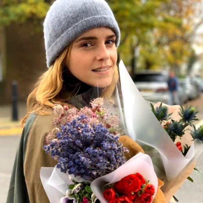 Actriz Emma Watson con un ramo de flores