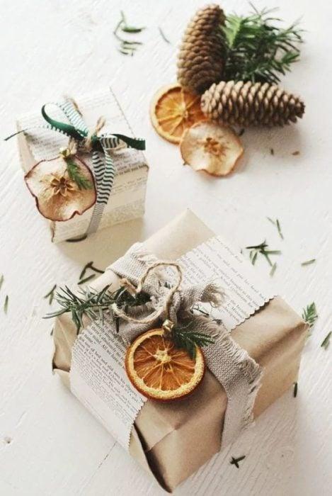 Cajas de cartón decoradas con rodajas de naranja
