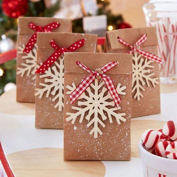 Bolsas de papel decoradas con copos de nieve de papel reciclado