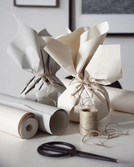 Morralitos con hechos con papel reciclado para decoración navideña